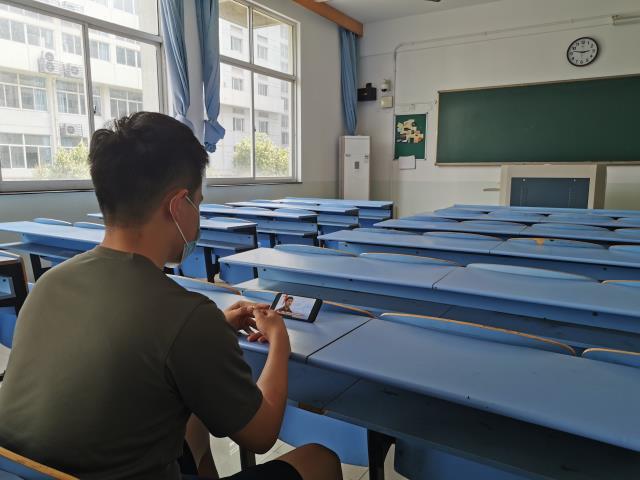 我校组织师生收看2020江苏优秀大学生官兵故事分享会