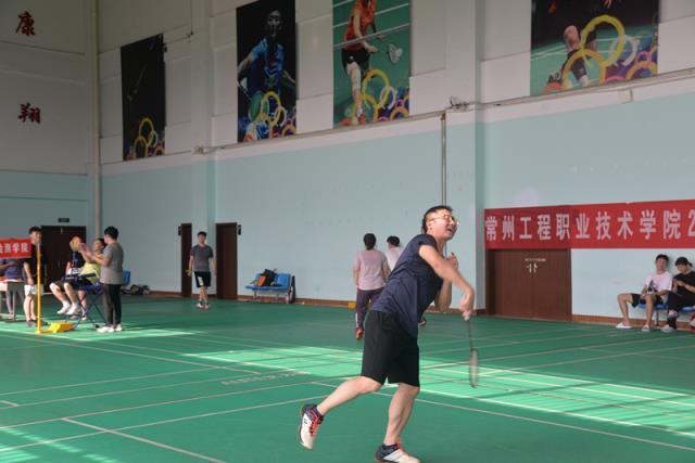 学校举办2020年教职工羽毛球比赛