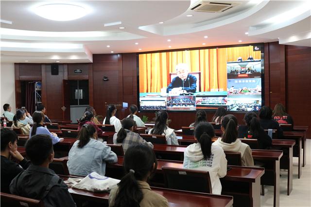 学校组织师生收看教育部陈宝生部长宣讲党的十九届五中全会精神视频